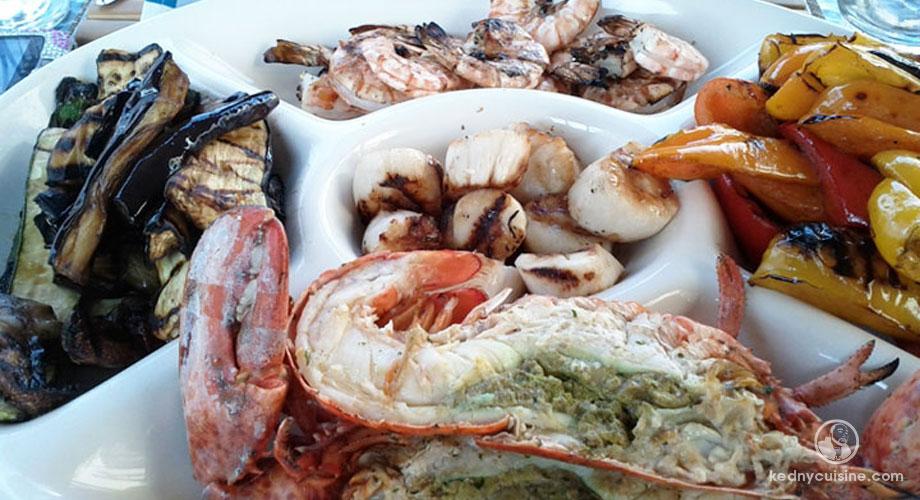 Assiette de fruits de mer et légumes sur le grill