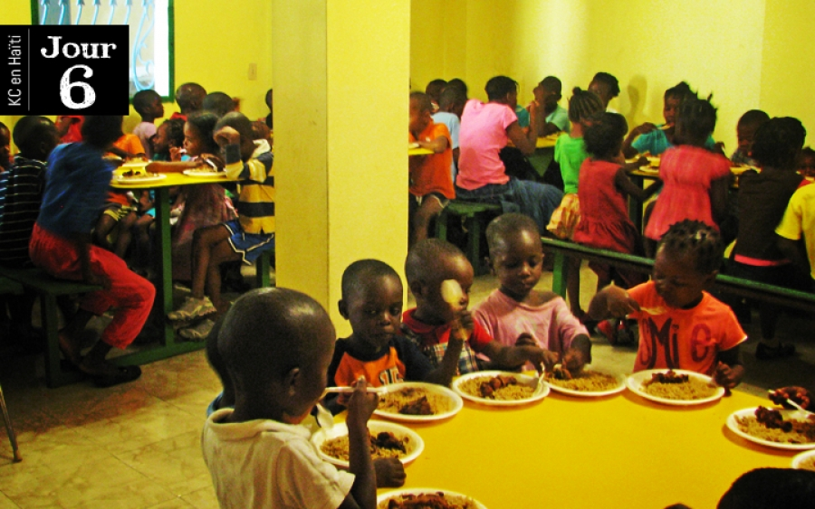 Riz collé et poulet frit à l'orphelinat Rose-Mina de Diegue
