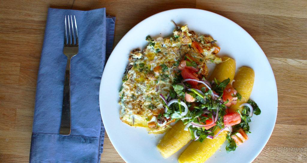 Omelette au hareng fumé avec des bananes plantains mûres