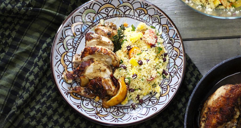Poitrine de poulet rôtie et salade de couscous ensoleillée