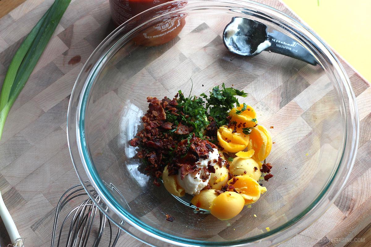 Oeufs farcis épicés au bacon - 2