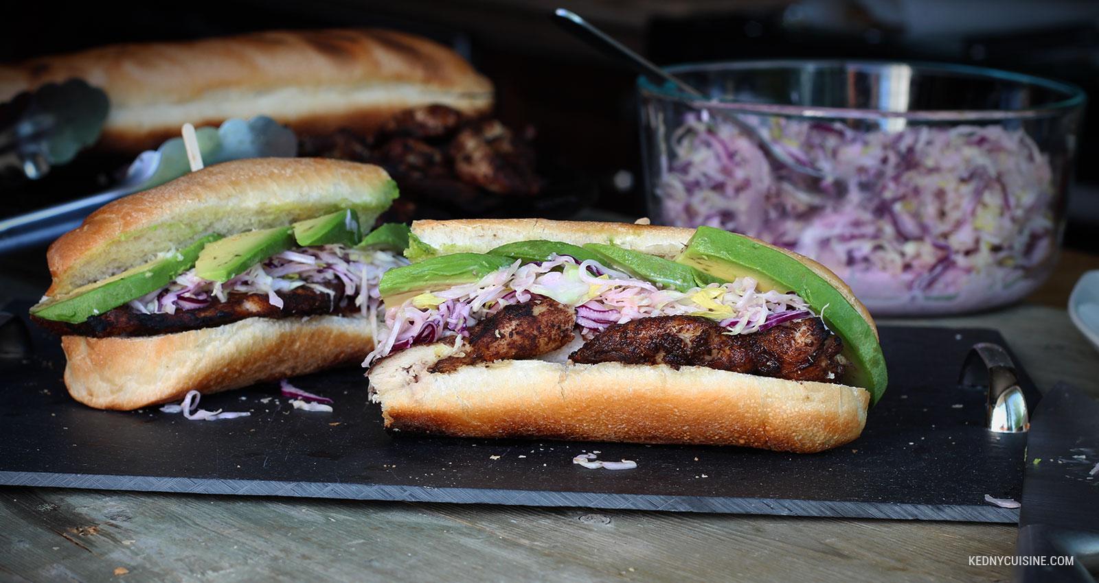 Sandwich au poulet grillé et salade de choux inspiré de la Jamaïque