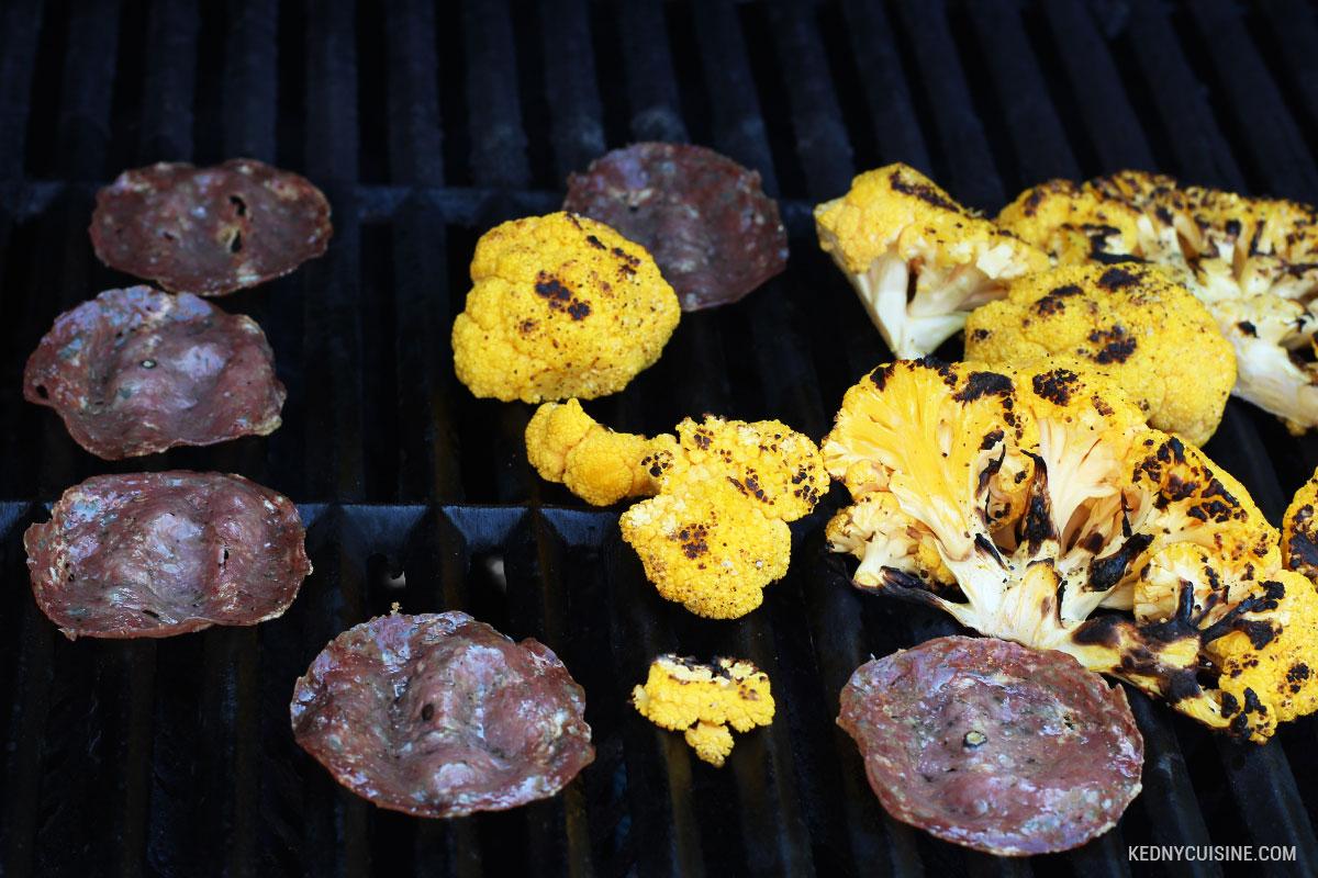 Choux-fleurs grillés et chips de salami 3