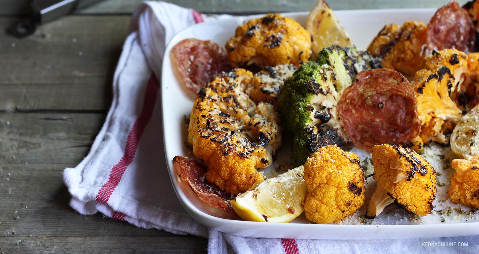 Choux-fleurs grillés et chips de salami