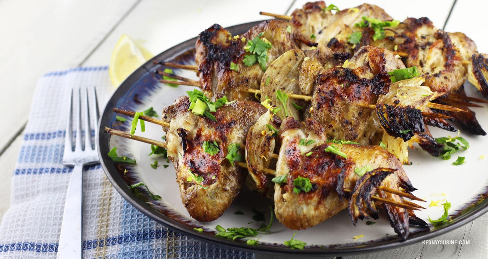 Ailes de poulet caramélisées aux épices en brochettes