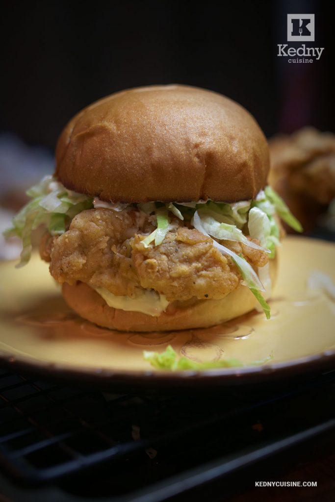 Sandwich au poulet extra croustillant inspiré de Popeyes et Chick-fil-A - Kedny Cuisine